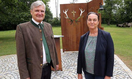 Im Juli 2019 war die Welt noch in Ordnung: Walter Brunner mit Freydis Burgstaller-Gradenegger vor dem Schloss Mageregg