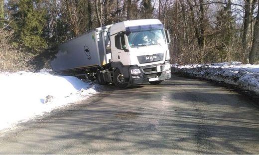 Der voll beladene Lkw blieb in einer steilen Rechtskurve hängen