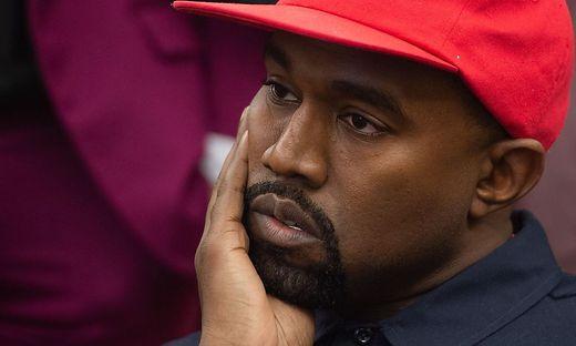 Für Kanye-West-Fans heißt es wieder einmal: bitte warten