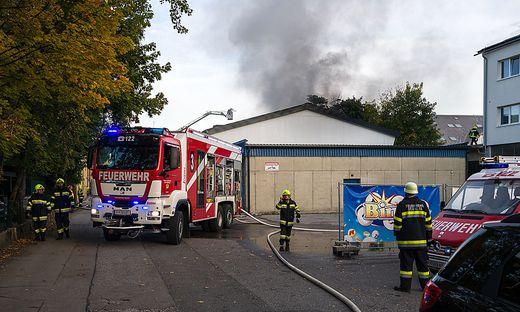 100 Feuerwehrleute waren beim Brand der Reifenfirma im Einsatz