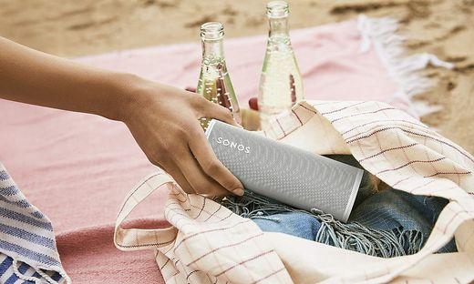 Der Sonos Roam hält Wasser und Staub aus und kann daher auch an den Strand