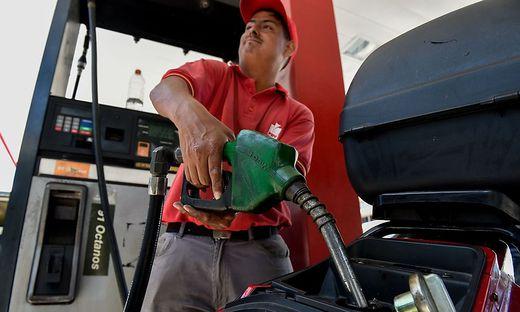 Bald nicht mehr billiger als Wasser: Venezuela erhöht Benzinpreise