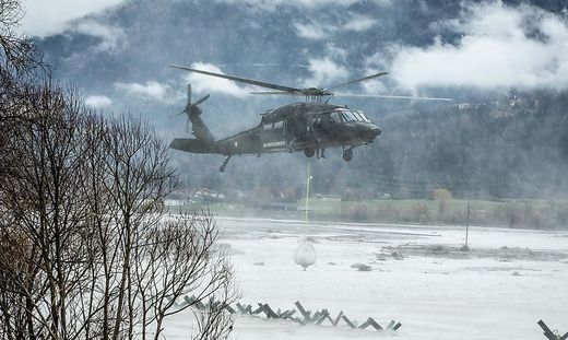 Ueberschwemmungen Gailtal Rattendorf Waidegg Black Hawk Einsatz
