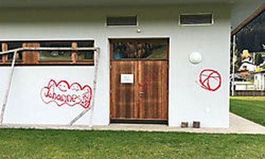 Unter anderem beschmierten die beiden Burschen das Schulgebäude der VS Gnesau