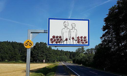 Vor allem diese künstlerischen Ortstafeln sind der FPÖ ein Dorn im Aug