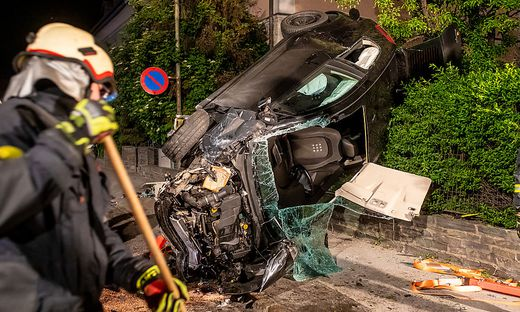 Alkolenker verursachte schweren Unfall in Lienz: Das Fahrzeug wurde schwer beschädigt