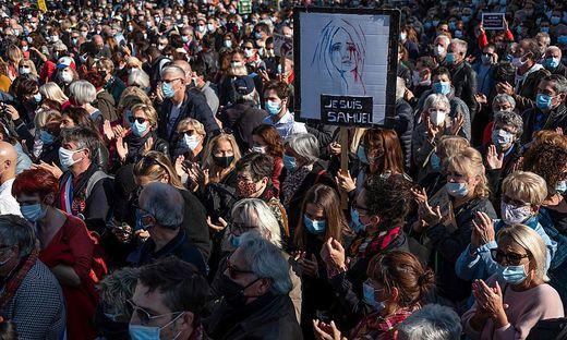 Um 15.00 Uhr klatschten die Menschen minutenlang auf der Place de la République im Osten der Innenstadt