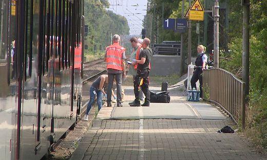 Ein 28-jähriger Mann hat nach Polizeiangaben am Bahnhof im niederrheinischen Voerde eine 34-jährige Frau vom Bahnsteig vor einen einfahrenden Zug gestoßen.