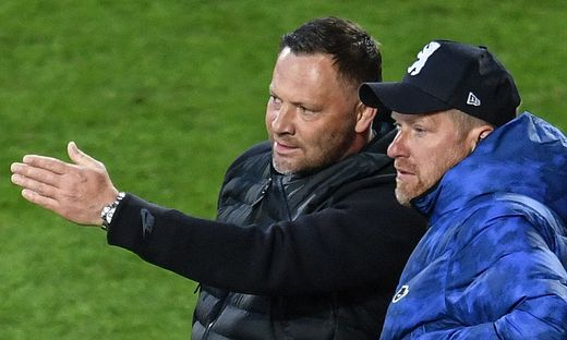 Pal Dardai (L) discusses with his assistant Andreas Neuendorf on