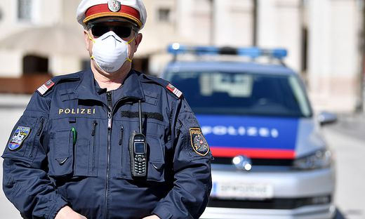 Polizist mit Maske (Archiv)