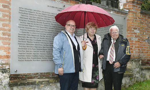Marjan Sturm, Lucka Lazarev und Josef Feldner (v.l.) enthüllten gemeinsam die Gedenktafel