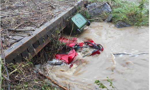 Das Auto steckte unter der Brücke fest