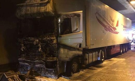 Das Feuer war ersten Informationen zufolge im Bereich des Motors ausgebrochen