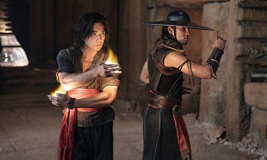 "Ludi Lin (als Liu Kang) und Max Huang (als Kung Lao) in ""Mortal Kombat"""