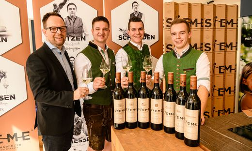 Team 7 Flagshipstoremanager Andreas Wilhelm und die Sieme-Jungwinzer Florian Lieleg, Johannes Pichler und Florian Masser