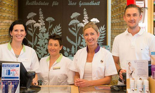 Beteiligen sich an der e-Medikation. Die Stainzer Apothekerin Angelika Bischof (2.v.r.) und ihre Mitarbeiter Ines Kröpfl, Martina Guggi und Stefan Weber