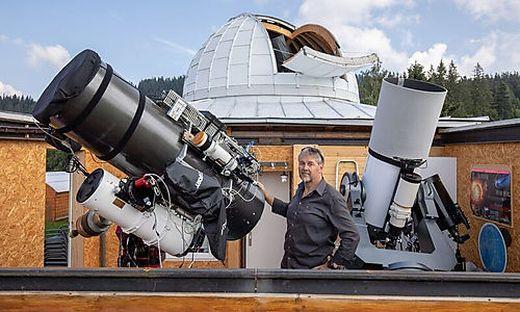Günther Eder, im Hauptberuf Polizist, mit den beiden leistungsstarken Spiegelteleskopen