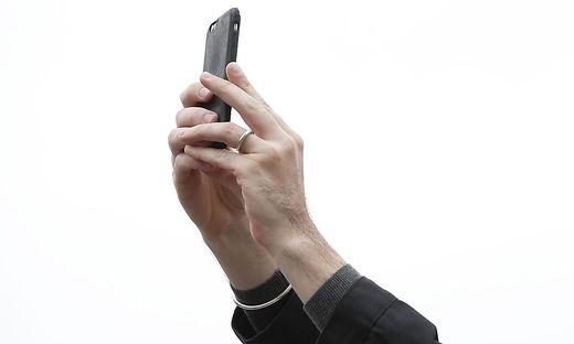 Touristen-Paar stürzt bei Selfie 40 Meter in den Tod
