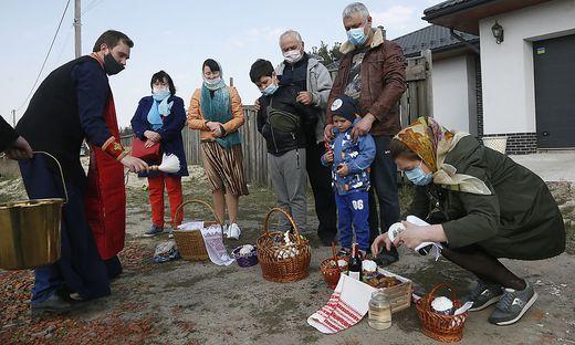 Priester segnen die Osterspeisen in den Dörfern