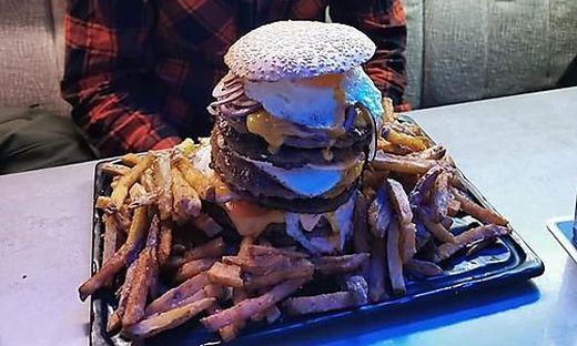 Wer schafft den Burger, ohne zu platzen?