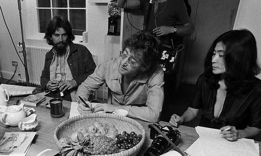 George Harrison, John Lennon und Yoko Ono (von links)