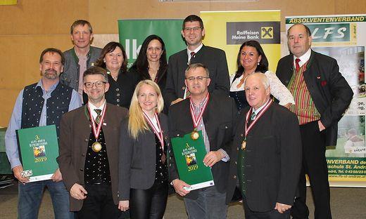 Die Preisträger aus dem Bezirk mit den Gratulanten