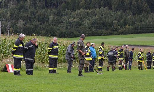 """Aufstellung für die Suche: Die rund 50              Helfer fanden gestern ein weiteres """"Nagelbrett"""" in der Startbahn"""