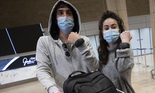 """Reiserückkehrer nach Israel müssen während der Zeit der Quarantäne eine elektronische """"Fußfessel"""" am Handgelenk tragen."""