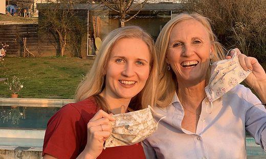 Das Mutter-Tochter-Duo Anna-Maria und Gabriele Haas gehören zu den vielen steirischen Näherinnen, die in diesen Tagen eigene Stoffmasken unter die Leute bringen