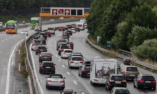 SALZBURG: REISEWOCHENENDE - LAND SALZBURG SPERRT FAST ALLE ABFAHRTEN AUF A10