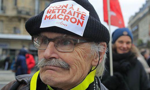 """""""Nein zu Macrons Pensionsplänen"""", skandiert dieser Demonstrant"""