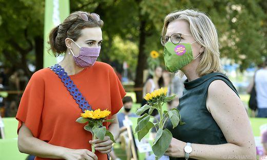 Die beiden Grünen Ministerinnen Alma Zadic und Leonore Gewessler