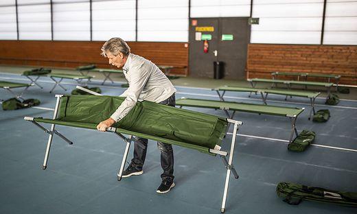 In der Tennishalle im Klinikum werden die Feldbetten für das Lazarett aufgestellt