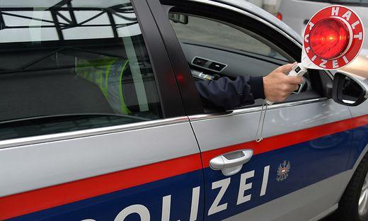 Die Polizei stoppte den schwer beschädigten Lkw-Zug (Symbolfoto)