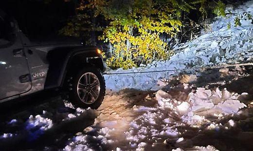 In Ouschena am Fuße des Mittagskogels war ein Pkw im Schnee steckengeblieben. Der FF Latschach gelang es, den Pkw zu bergen