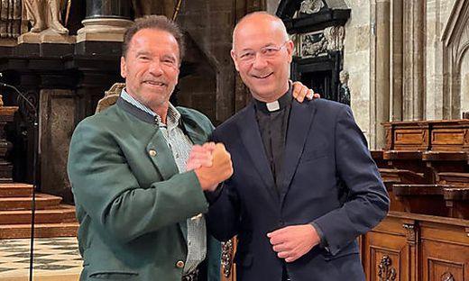 Arnold Schwarzenegger mit Dompfarrer Toni Faber