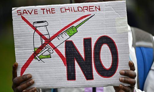 Impfgegner kritisieren die Berichterstattung in Großbritannien heftig.