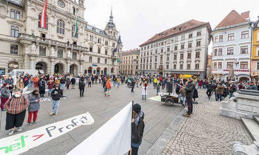Vor dem Rathaus startete der Protestzug durch die Innenstadt