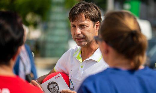 Mit Ball und Broschüren im Wahlkampfeinsatz: Markus Unterdorfer-Morgenstern