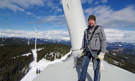 """Hellfried Hainzl auf dem Dach der Gondel des Windrades Nr. 8 des Windparks """"Windheimat"""""""