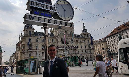 Klaus Weikhard vor der Weikhard-Uhr