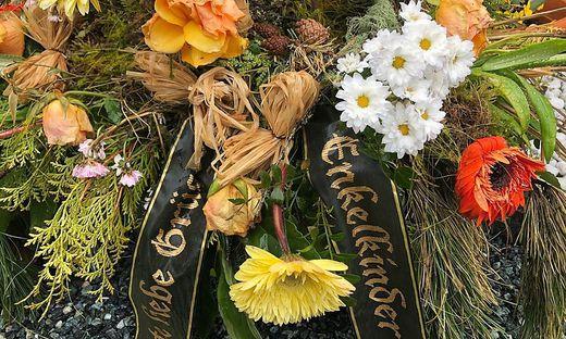 Einer der Kränze am Grab. Die Verabschiedung fand am Dienstag statt
