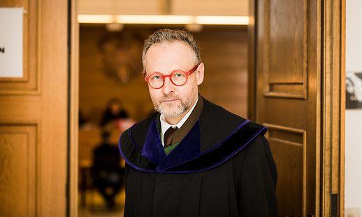 Richter Oliver Kriz wartete vergeblich auf die 21-jährige Angeklagte
