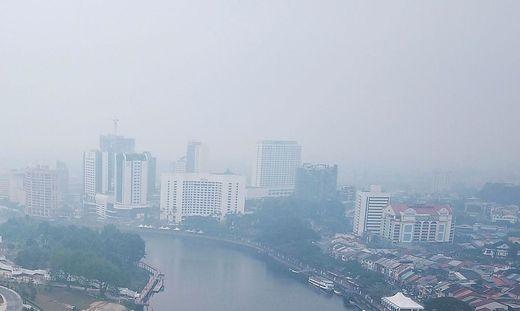 Große Teile Borneos sind in dichten Rauch gehüllt