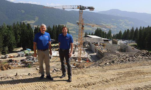 Die Kreischberg-Geschäftsführer Karl Fussi und Reinhard Kargl vor der Baustelle im Bereich der Mittelstation