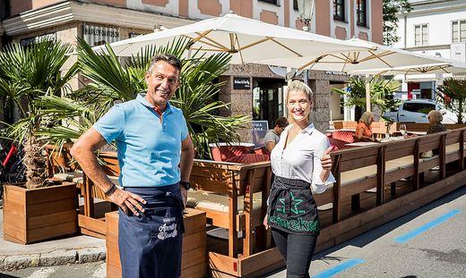 Silvio Berger und Anna Hallegger vor dem Gastgarten der Cafebar Vino.