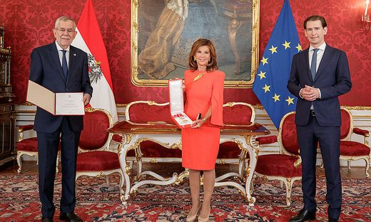 Brigitte Bierlein mit dem Bundespräsidenten und dem Bundeskanzler
