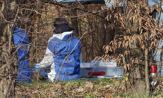 Experten bei der Spurensicherung am Tatort