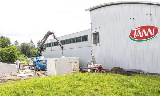 Bei Tann in Föderlach werden mehrere Millionen Euro in den Ausbau des Kühllagers und der Parkplätze investiert