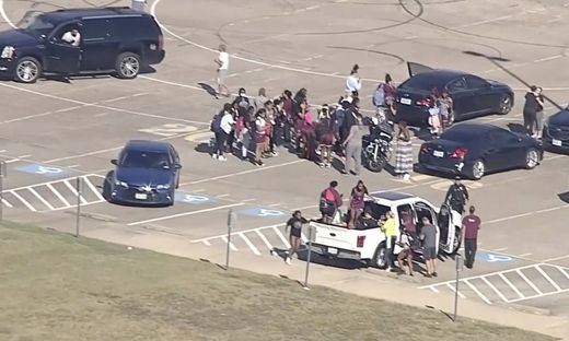 Schüler wurden aus dem Schulgebäude der Timberview High School in der Stadt Arlington gebracht